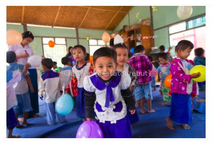 Foto en Jpg descarregable per a us personal - Alumnes de preescolar jugant amb globus a Myanmar