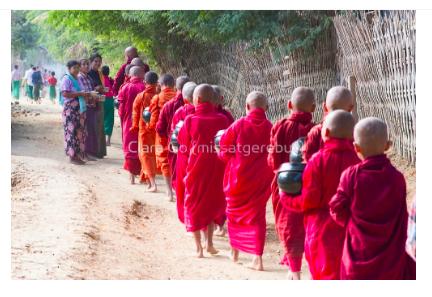 Foto en Jpg descarregable per a us personal - La Ronda de Almoina tradicional. Pindapata a Myanmar.