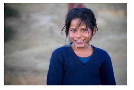 Foto en Jpg descarregable per a us personal- Noia jove somrient al llunyà oest del Nepal